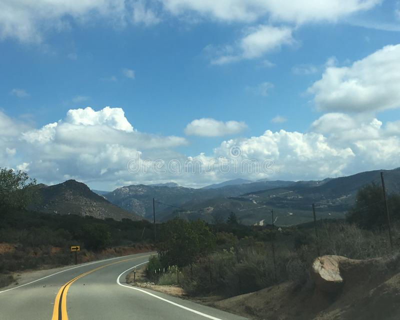 国家有风多山路,高山,加州 免版税库存图片