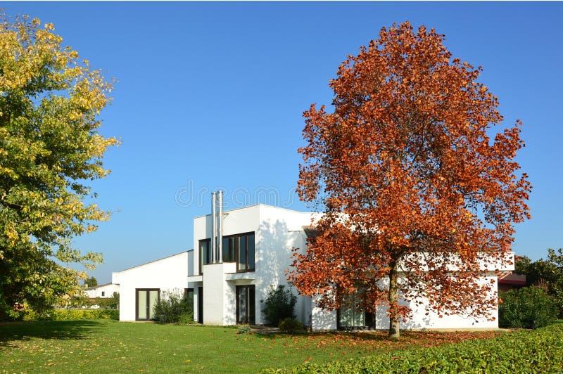 国家现代房子在秋天 免版税图库摄影