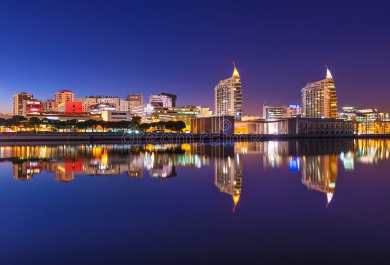 国家的看法在里斯本停放Parque das Nações 在水中反映的现代都市风景 库存图片