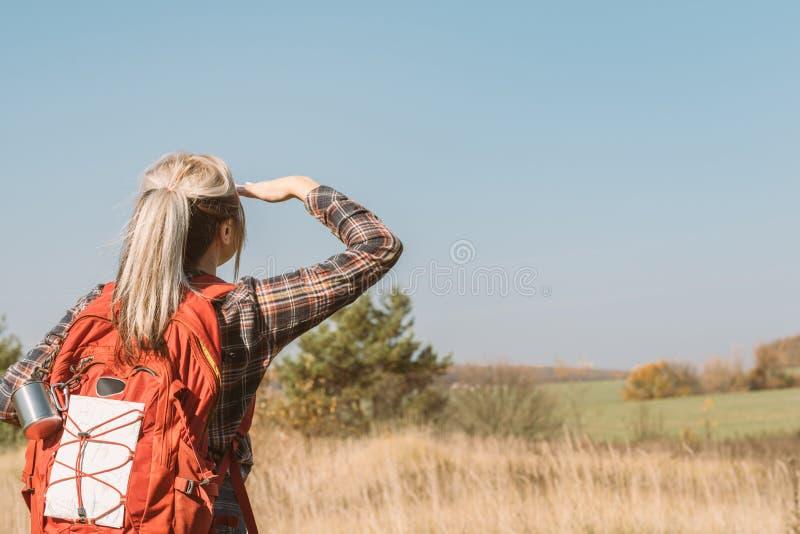 国家远足秋天草甸风景的旅行夫人 库存图片