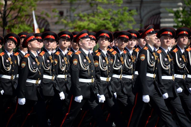 国民自卫队队伍莫斯科总统军校学生学校的军校学生在游行期间的在红场以纪念胜利天 免版税库存照片