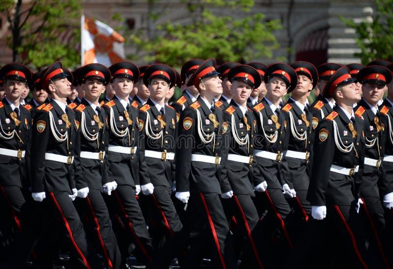 国民自卫队队伍莫斯科总统军校学生学校的军校学生在游行期间的在红场以纪念胜利天 免版税图库摄影