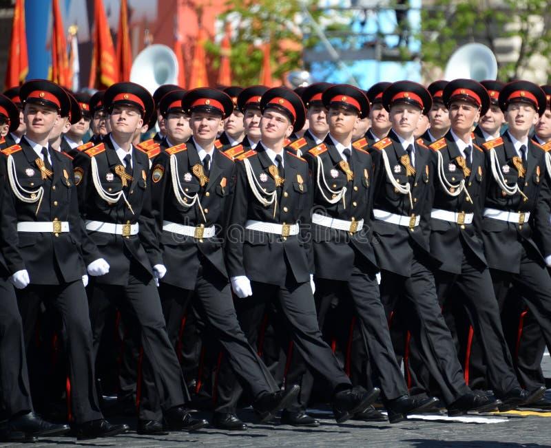 国民自卫队队伍莫斯科总统军校学生学校的军校学生在游行期间的在红场以纪念胜利天 免版税库存图片