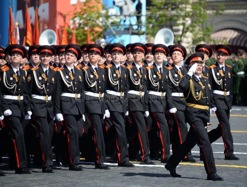 国民自卫队队伍莫斯科总统军校学生学校的军校学生在游行期间的在红场以纪念胜利天 库存图片