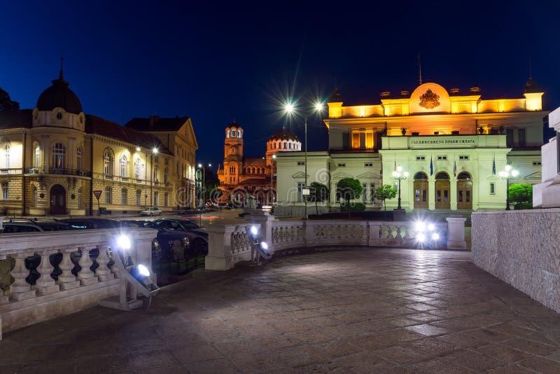 国民议会和亚历山大・涅夫斯基大教堂夜照片在索非亚,保加利亚 库存图片