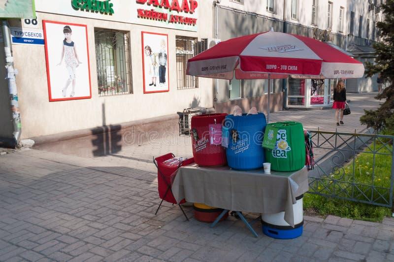 国民销售在街道上喝在比什凯克 免版税库存图片