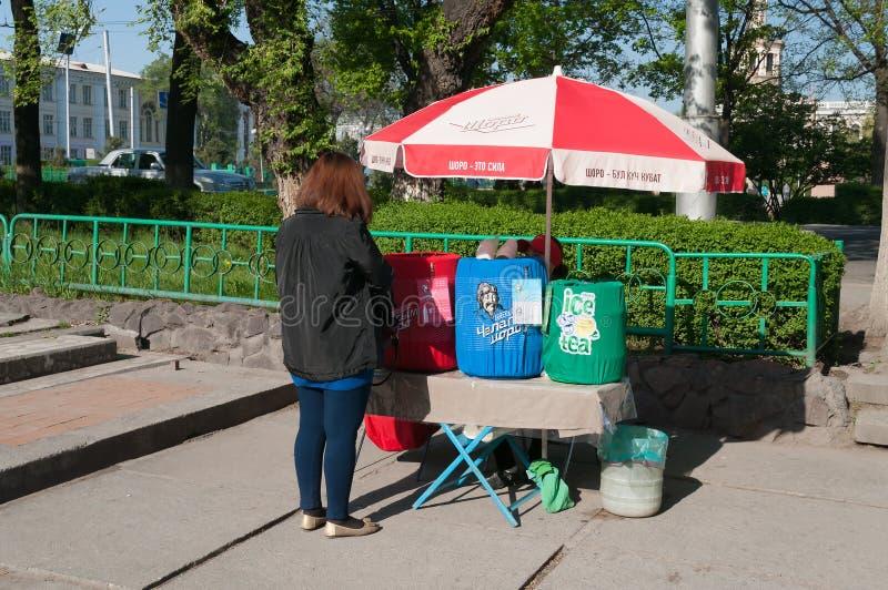国民销售在街道上喝在比什凯克 免版税库存照片
