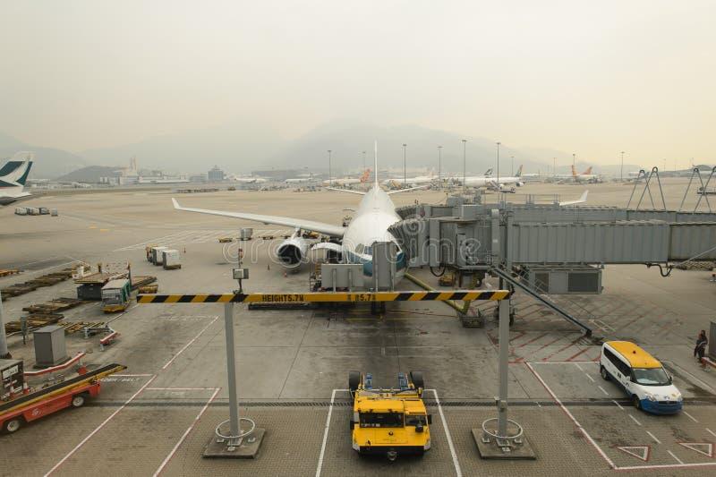 国泰航空器临近搭乘桥梁 库存图片