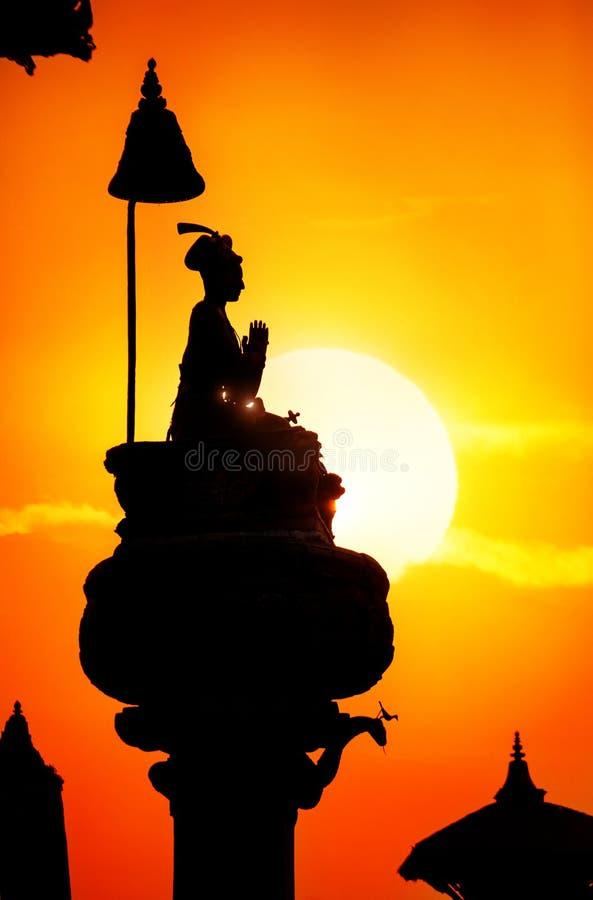 国王专栏剪影在Bhaktapur 免版税库存图片