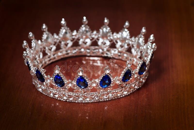 国王或女王/王后的皇家冠 力量和财富的标志 库存照片