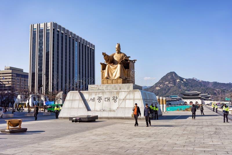 国王Sejong的雕象Gwanghwamun广场的在汉城 免版税库存图片