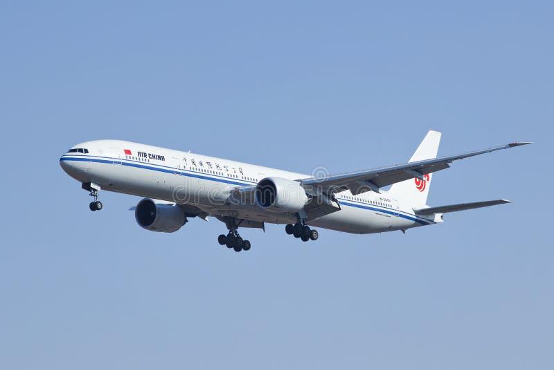 国航波音777-300, B-2088着陆在北京,中国 免版税库存图片