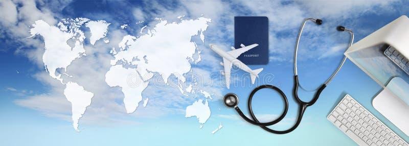 国际医疗旅行保险概念、听诊器、护照、计算机和飞机在天空背景中与全球性地图 免版税库存照片