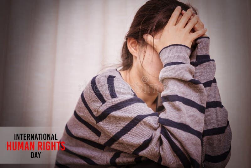 国际国际人权日概念,坐在暗室的沮丧的妇女,单独,悲伤,情感概念 免版税库存照片