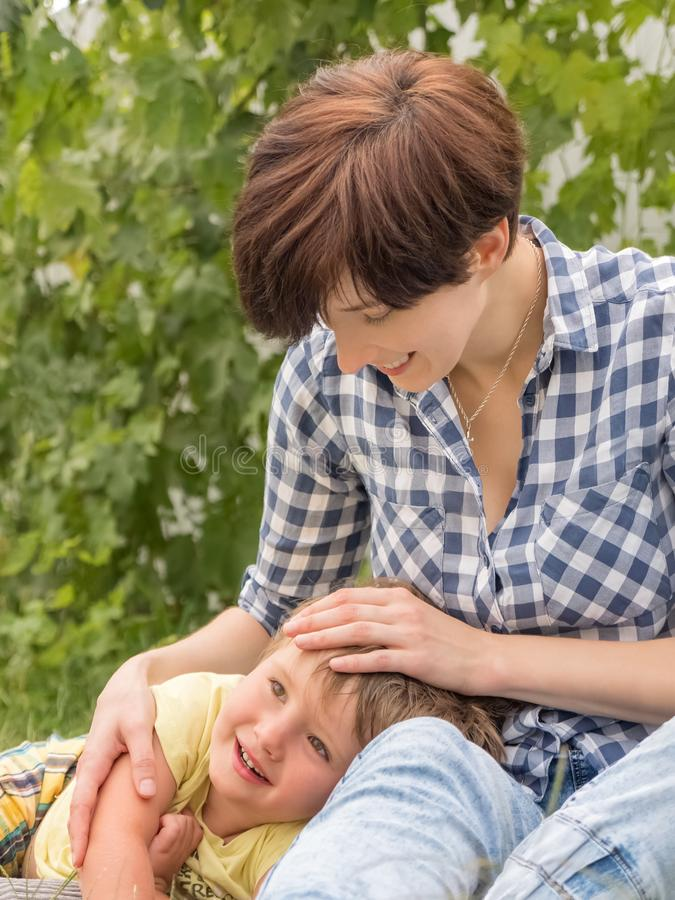 国际妇女` s天 有孩子的工作母亲 母性和工作 家庭的不同的类型 免版税库存照片