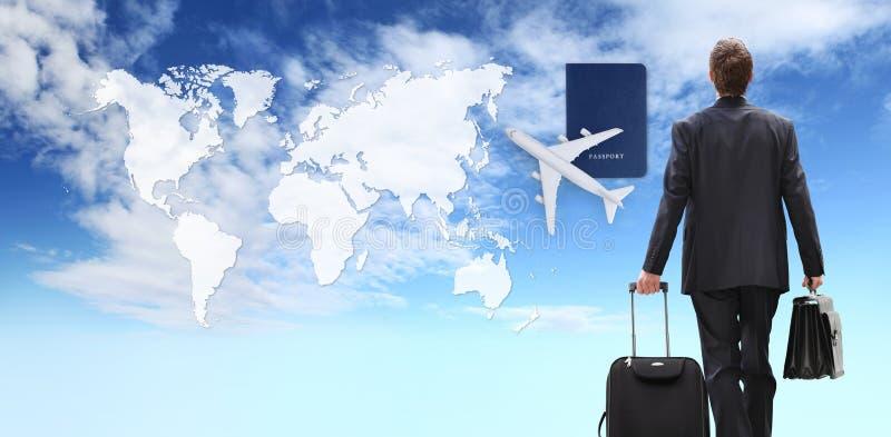 国际旅行走与台车的商人概念和公文包、飞机和护照在蓝天有地图背景 免版税库存照片