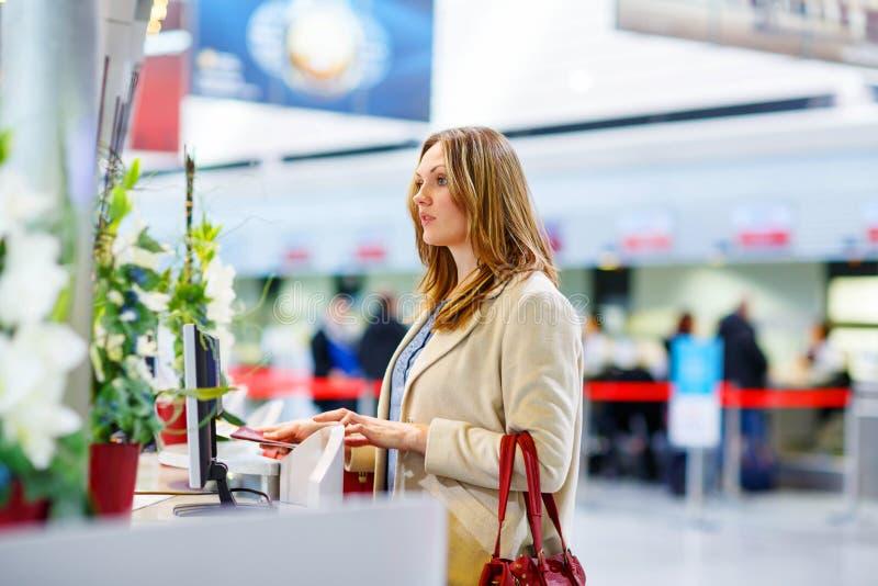 国际机场等待的飞行的妇女 免版税库存照片