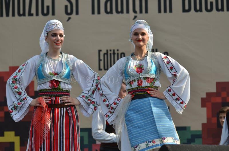 国际民间传说节日:传统服装的塞尔维亚妇女 图库摄影