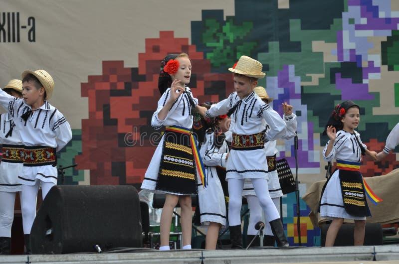 国际民间传说节日:罗马尼亚儿童舞蹈家 免版税库存图片