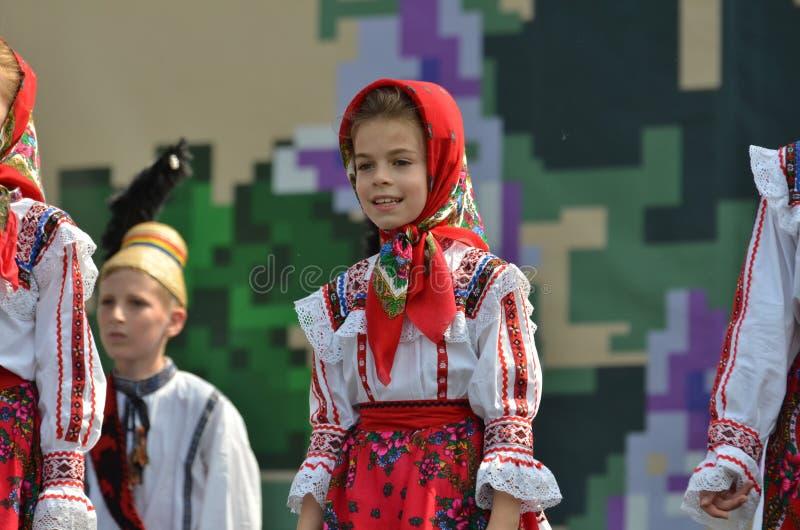 国际民间传说节日:罗马尼亚儿童舞蹈家 库存照片