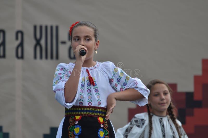 国际民间传说节日:罗马尼亚女孩歌手 免版税库存照片