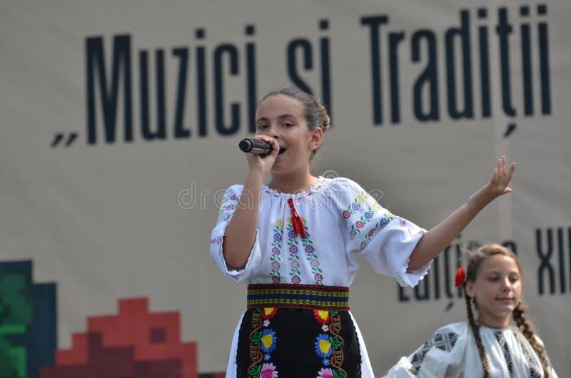 国际民间传说节日:罗马尼亚女孩歌手 免版税图库摄影