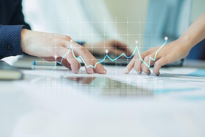 图和图表在虚屏上 经营战略、数据分析技术和财政成长概念 免版税库存图片
