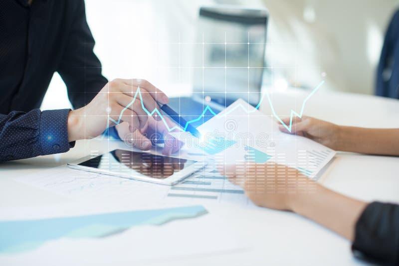 图和图表在虚屏上 经营战略、数据分析技术和财政成长概念 库存图片