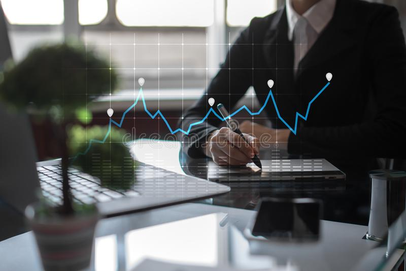 图和图表在虚屏上 经营战略、数据分析技术和财政成长概念 图库摄影