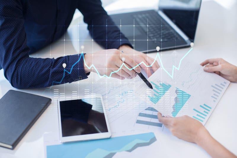 图和图表在虚屏上 经营战略、数据分析技术和财政成长概念 免版税图库摄影