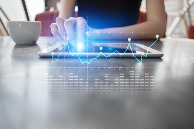 图和图表在虚屏上 经营战略、数据分析技术和财政成长概念 免版税库存照片