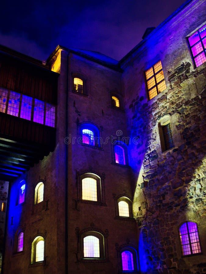 图尔库城堡庭院在晚上,它是中世纪大厦在市图尔库在芬兰 它在建立了 库存照片