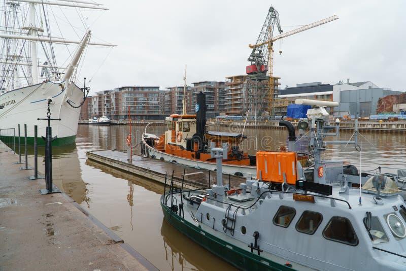 图尔库,芬兰- 2018年4月29日:船和小船在城市图尔库有造船厂起重机的和建筑口岸在 免版税库存照片
