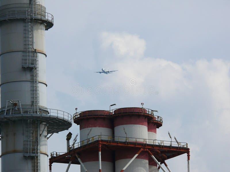 图尔比戈,米兰,23/03/2009 平面飞行在能源厂的烟囱 库存照片
