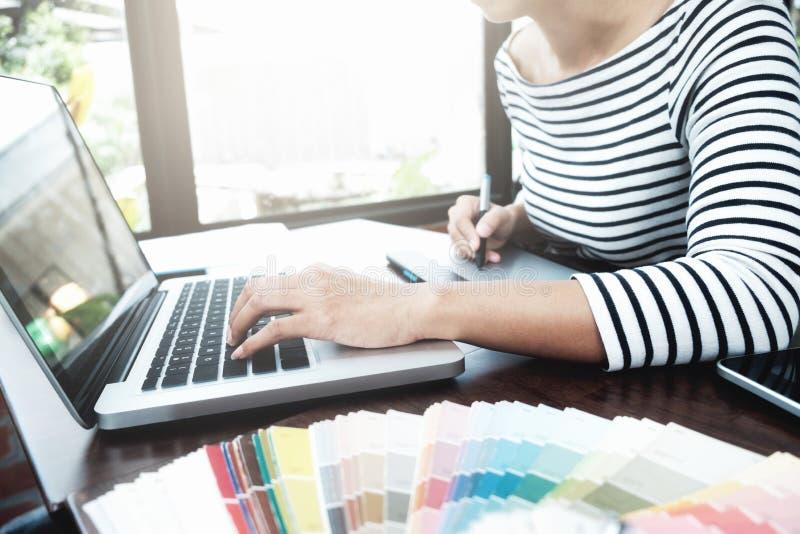 图形设计和颜色样片和笔在书桌上 Architectu 免版税库存图片