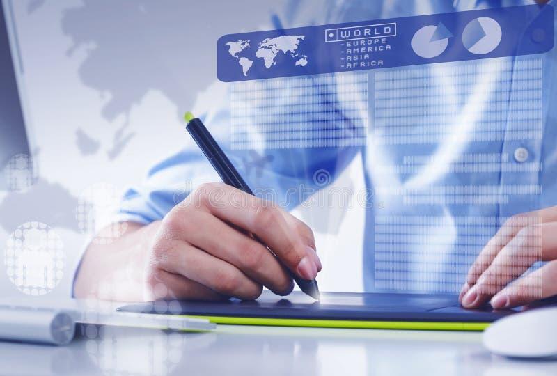 图形设计器在工作 免版税库存照片