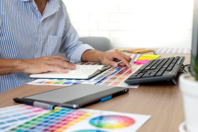 图形设计工作的团队工作 免版税库存照片