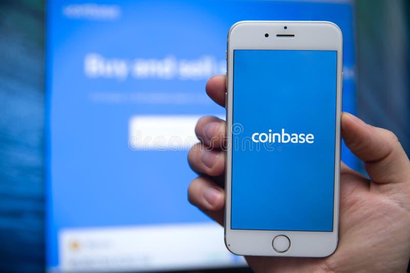 图拉,俄罗斯- 2019年1月27日:Coinbase -购买Bitcoin和更多,安全在显示的钱包流动应用程序 免版税图库摄影