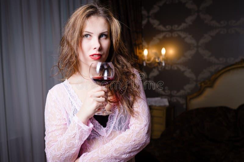 Download 图片接近美丽的少妇 库存照片. 图片 包括有 生活方式, 玻璃, 退出, 浪漫, 肉欲, 藏品, 葡萄酒杯 - 62535080