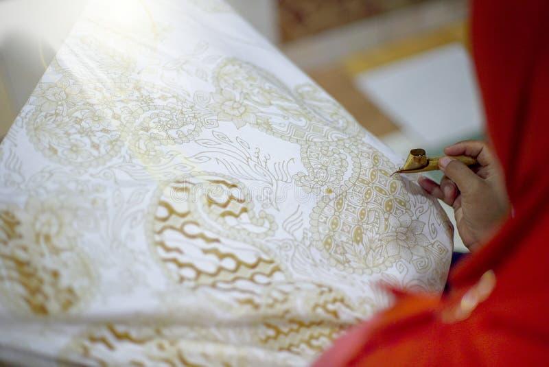图画在织品的金蜡染布Tulis 免版税库存照片