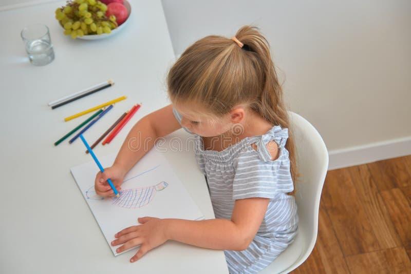图画女孩家小的铅笔 免版税库存图片