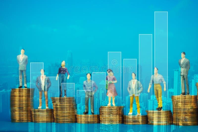 图站立微型商人两次曝光或投资者和办公室工作者的秘书在与城市的硬币堆 向量例证