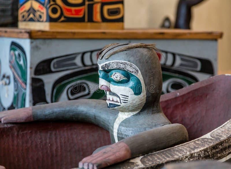 图腾雕塑在因纽特人独木舟的 免版税库存图片
