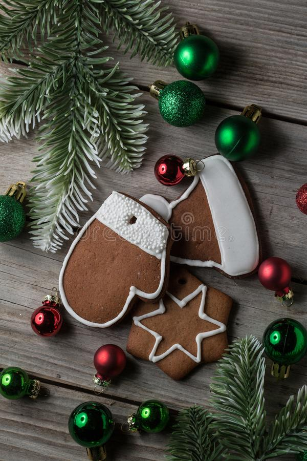 图表和网络设计的,现代简单的互联网概念圣诞节姜面包曲奇饼老木材桌背景 时髦为 图库摄影