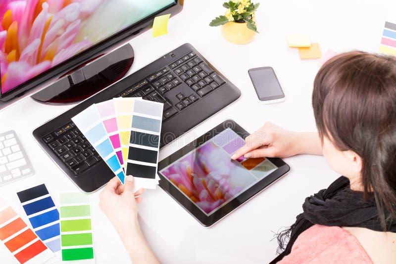 图表设计师在工作。颜色样品。 免版税库存图片