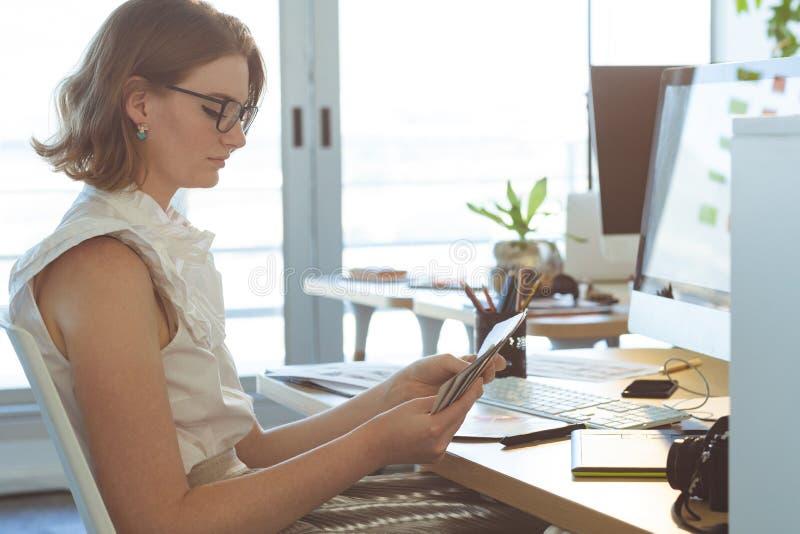 图表设计师检查颜色与颜色样片在书桌在办公室 库存图片