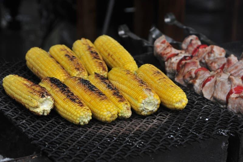 图象玉米棒子和烤肉 库存图片
