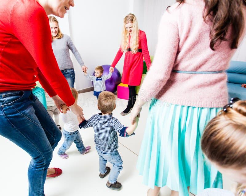 圆圈舞在幼儿园 免版税库存图片