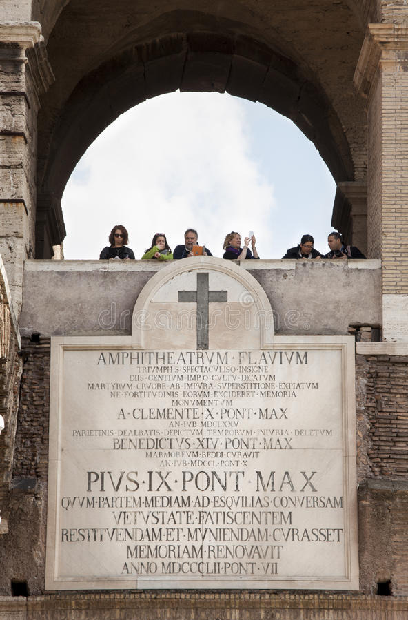 圆形剧场弗拉维奥(大剧场)在罗马 大理石拉丁匾 游人 免版税库存图片