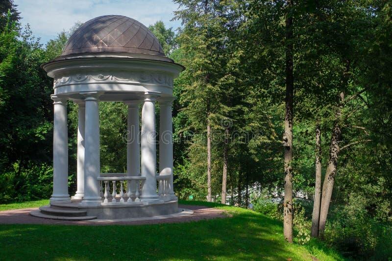 圆形建筑在公园 免版税库存图片